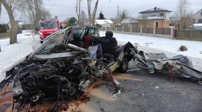 Zobacz tragiczne skutki uderzenia w drzewo. Opel i kierowca rozerwani na strzępy [GALERIA]