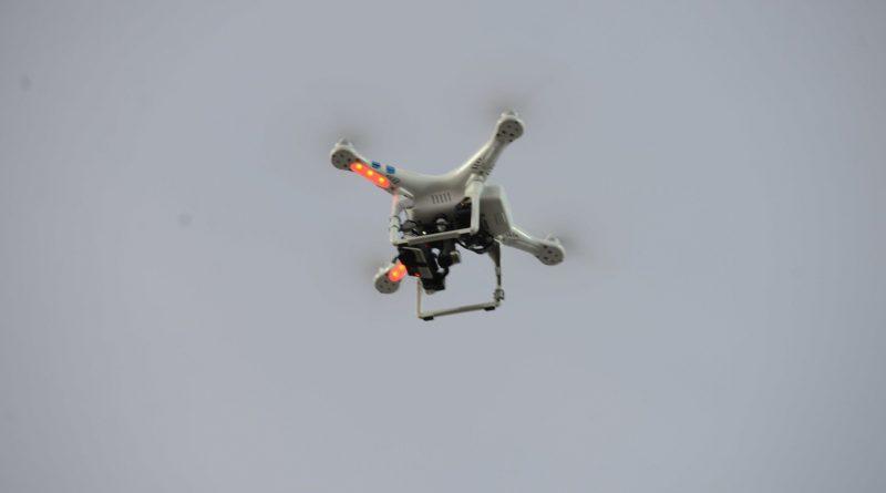 """Policyjny dron """"poluje na ludzi"""" w Sopocie"""