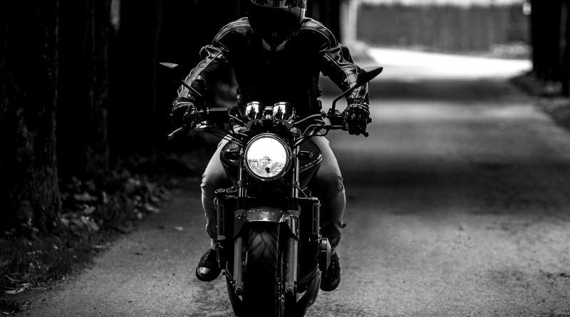 Odcięta dłoń na ulicy! Motocyklista z maczetą zaatakował w Leżajsku