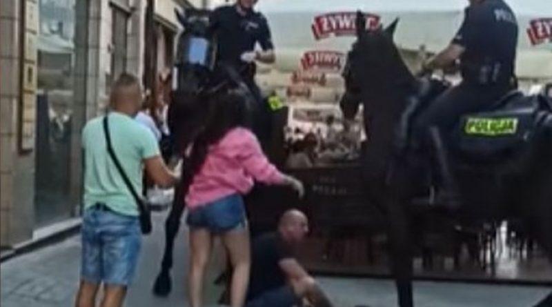 Szokujące nagranie z Katowic. Policja konna stratowała mężczyznę [WIDEO]