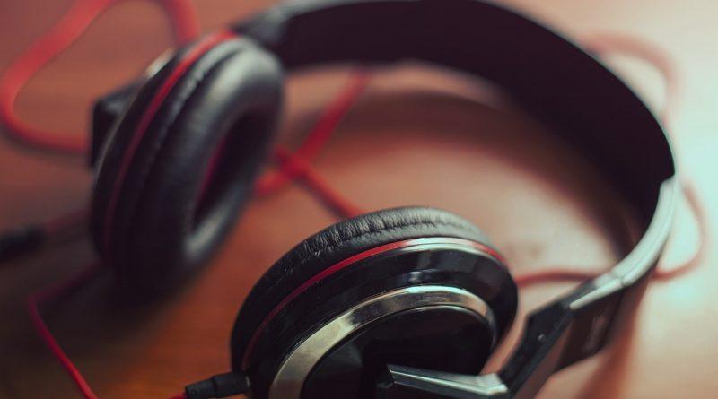 Będą puszczać muzykę tylko zaszczepionych. Boją się transmisji wirusa przez radio?